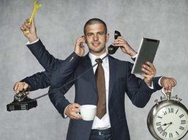 Immagine che raffigura un uomo vestito formalmente ,con sette braccia. Tiene nelle diverse mani un telefono, un cellulare, una tazza, una chiave inglese, un tablet e un orologio. L'immagine sta a significare le molteplici competenze tecniche necessarie