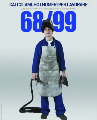Il manifesto di Pubblicità Progresso sulla legge 68/99, che contiene l'immagine di un ragazzo con un abbigliamento da saldatore: grembiule, guanti, maschera