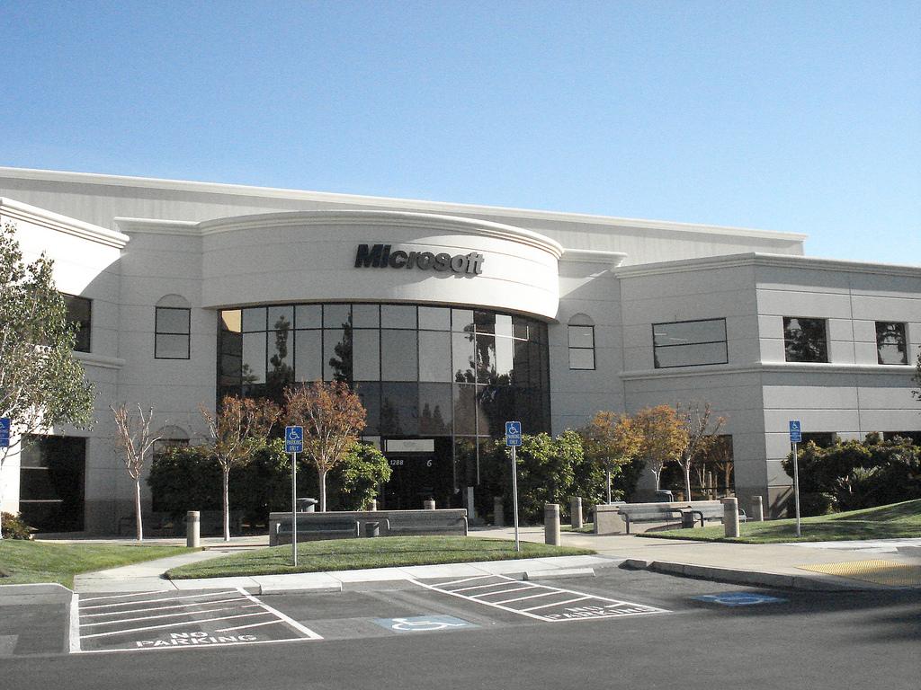 Edificio con uffici Microsoft, facciata principale, con parcheggi per disabili