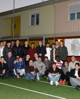 La formazione dei ragazzi che partecipano al progetto di Sport For Change, su un campo di calcio della Fondazione Milan Onlus. Sono 29 giovani e due rappresentanti della fondazione, disposti su due file