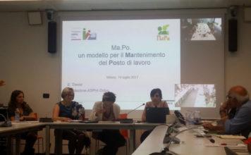 Un momento della presentazione del progetto Ma.po, con diverse persone sedute a tavoli disposti a ferro di cavallo e sullo sfondo una presentazione proiettata