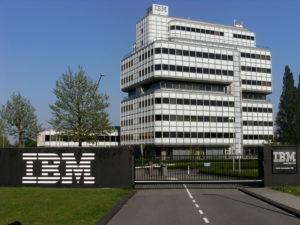 Sede IBM, palazzo bianco con logo esterno IBM