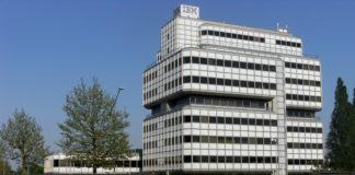 Sede IBM, un alto palazzo bianco con logo esterno IBM