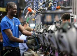 Un lavoratore straniero, in una fabbrica metalmeccanica italiana