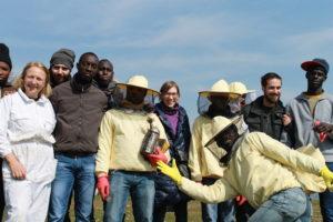 Un gruppo di dodici persone, tra migrati e volontari dell'associazione, del team di lavoro di Bee My Job