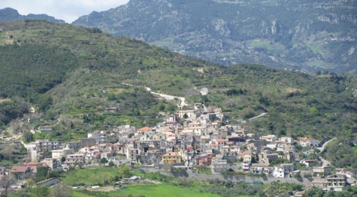 Una veduta del paese di Camini: un piccolo borgo, abbarbicato sul fianco di un colle