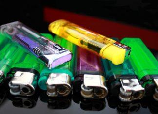 Immagine di accendini di vari colori